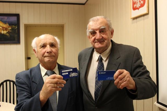 Michał Muzia i Leon Dębski prezentują karty.