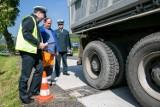 Kraków. Przeładowane ciężarówki psują drogi - sypią się mandaty i kary