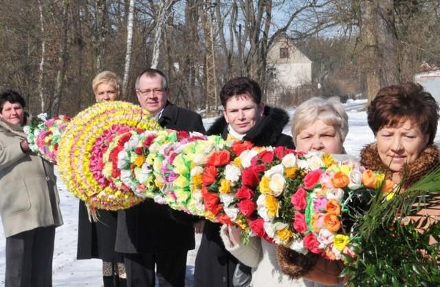 Tę siedmiometrową palmę prezentują, Małgorzata Buzek, Barbara Ciepła, Atleta Klikuszowian, Józefa Fedyk , Teresa i Marian Kutasiewiczowie z Przewozu.