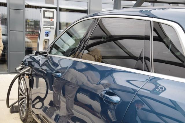 Ekspert przyznaje, że szczególnie istotne wyzwanie w dalszym ciągu stanowi zapewnienie dostępu do ładowarek osobom, które nie mają możliwości naładowania samochodu elektrycznego z prywatnego źródła energii.