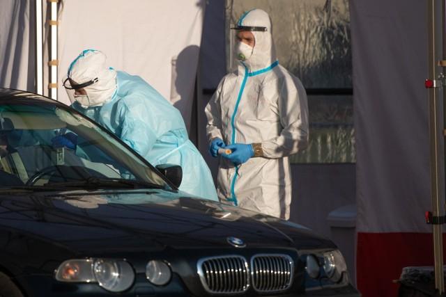 Dziś nie wychodząc z samochodu można przebadać się na koronawirusa. Już niedługo tak samo bedzie można się zaszczepić przy wrocławskim stadionie