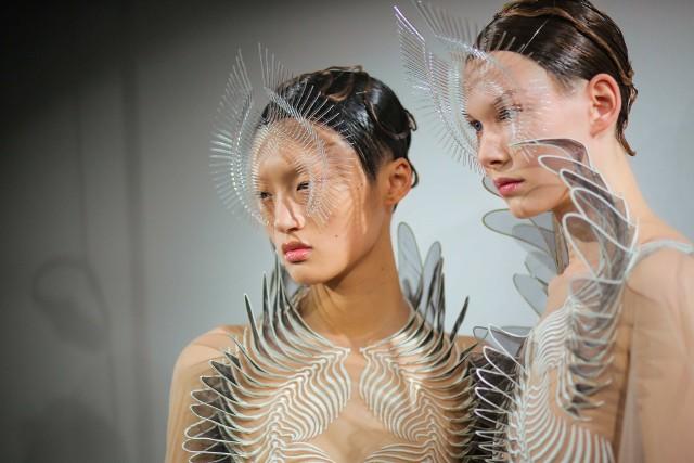 """Wystawa """"Alchemic Couture"""" Iris van Herpen to zdecydowanie jedno z najważniejszych modowych wydarzeń, jakie odbędą się w najbliższych tygodniach. Jak zaznaczają przedstawiciele Starego Browaru, projekt będzie przybliżać """"wizjonerski, interdyscyplinarny proces twórczy projektantki, w którym przeplatają się innowacje i rzemiosło""""."""