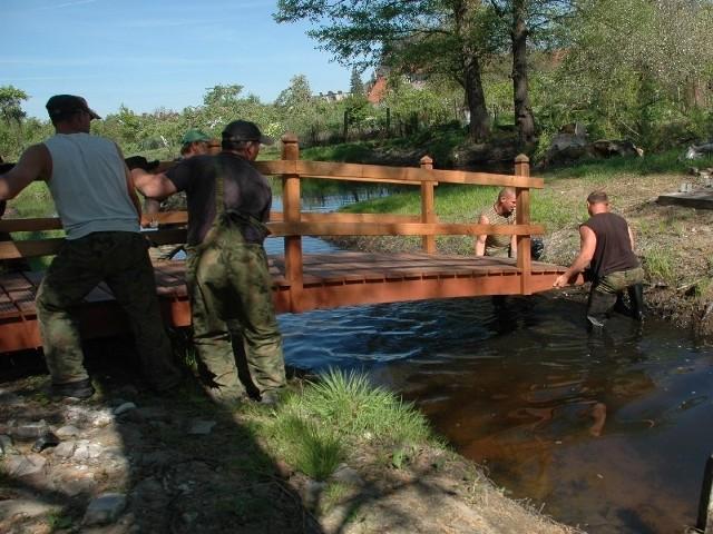 fot. Paweł Kozłowski/Wczoraj pracownicy firmy Bio-Salix z Bogdańca zamontowali drewniany mostek, który połączy dolną część parku z wysepką na Starej Noteci