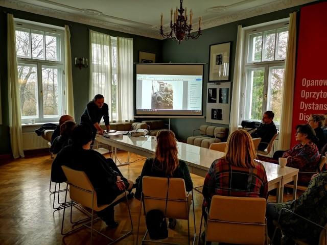 Czwarte już spotkanie dla animatorów i animatorek kultury z subregionu radomskiego, realizowane w ramach Mazowieckiego Programu Edukacji Kulturalnej, było niezmiernie udane. Tym razem spotkano się w Muzeum Witolda Gombrowicza we Wsoli.