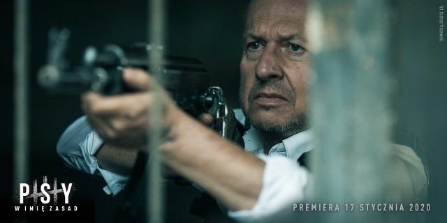 """Akcja filmu """"Psy 3. W imię zasad"""" rozpocznie się dokładnie w chwili, kiedy Maurer wychodzi z więzienia po 25 latach odsiadki. – Wkracza w nową Polskę, w której nic nie jest takie, jak zapamiętał. Kto i co czeka na człowieka, który przez ostatnie ćwierć wieku… nie robił nic? Jak odnajdzie się w świecie, w którym dawne zasady i lojalność przestały obowiązywać? – czytamy w zapowiedzi produkcji."""