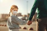 Mieszkańcy powiatu brzezińskiego ostrzegają przed mężczyzną zaczepiającym dzieci. O sprawie powiadomiono policję