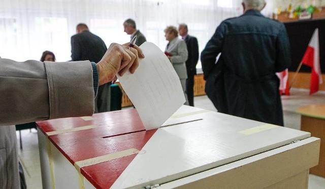 """Po zmianach w przepisach dotyczących głosowania pojawiło się wiele wątpliwości jakie głosy będą uznawane za ważne, a które nie. Obowiązującym znakiem nadal jest oczywiście """"X"""", ale dopiski na karcie do głosowania już jej nie dyskwalifikują."""