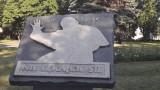 Papieski pomnik w Inowrocławiu w ptasich odchodach