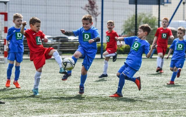 Deichmann Minimistrzostwa to turniej piłkarski dla dziewczynek i chłopców w wieku od 4 do 13 lat. Najpierw rozgrywane są eliminacje w formie rozgrywek ligowych a potem finały w formie play off. Chodzi przede wszystkim o dobrą zabawę, ale zwycięzcy finału ogólnopolskiego w nagrodę pojadą na mecz Ligi Mistrzów, a dwie inne wylosowane drużyny ze wszystkich uczestniczących czeka wycieczka do Dortmundu.Kolejne mecze odbyły się w miniony weekend w Bydgoszczy. Aby obejrzeć zdjęcia prosimy przesuwać palcem po ekranie smartfonu lub strzałkami w komputerze>>>