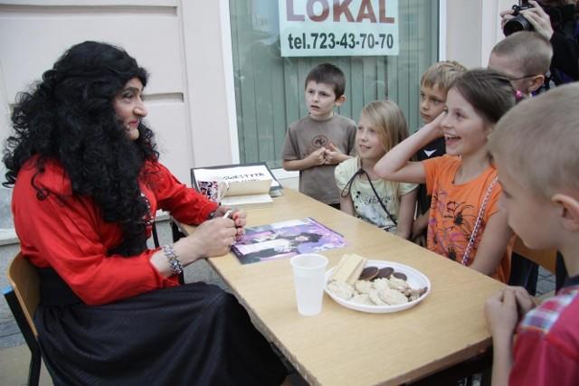 """Podczas akcji """"Żywa biblioteka"""" w Lublinie, dzieci mogły porozmawiać z przedstawicielami różnych grup, także transseksualistami. Takie zdjęcia przesyłają sobie zaniepokojeni rodzice."""