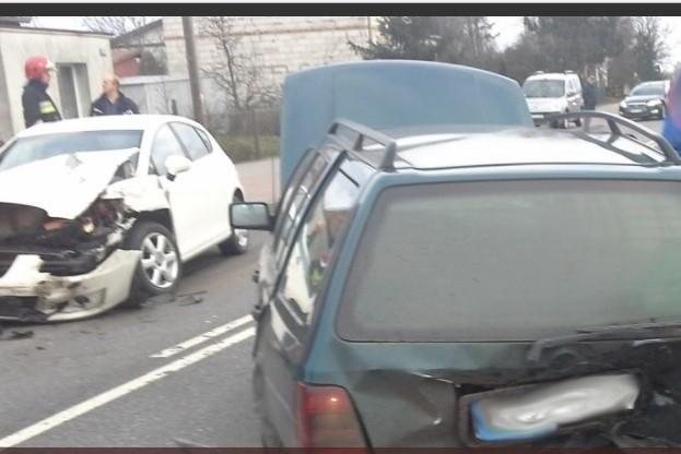 W zderzeniu, do którego doszło w niedzielę (26 listopada) około godz. 14 we wsi Silno w gminie Chojnice brały udział dwa samochody osobowe. Jedna osoba została poszkodowana. Na miejscu pracowały ekipy pogotowia ratunkowego, trzy zastępy straży pożarnej: 2 zawodowców z KP PSP W Chojnicach i jeden z OSP Silno. Przyczyny i okoliczności zdarzenia wyjaśnią policjanci. Na Drodze Wojewódzkiej 240 podczas akcji były utrudnienia w ruchu