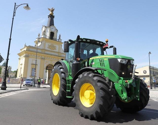 W środę 9 maja podlascy rolnicy przyjechali na protest do Białegostoku. Ich ogromne i nowoczesne traktory robiły na białostoczanach duże wrażenie. Nic dziwnego. Nowy ciągnik rolniczy kosztuje kilkaset tysięcy złotych, a jego wyposażenie nie odbiega od aut luksusowych. Kierowca ma do dyspozycji GPS-a, który może nawet sterować traktorem, klimatyzację, porządny zestaw audio, bardzo wygodny fotel i mnóstwo innych gadżetów.