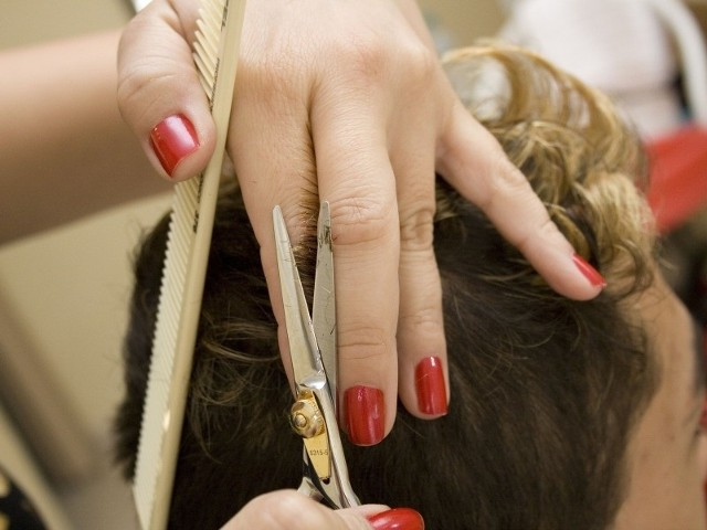 Brak cennika w zakładach fryzjerskich to często spotykane uchybienie. (fot. sxc)
