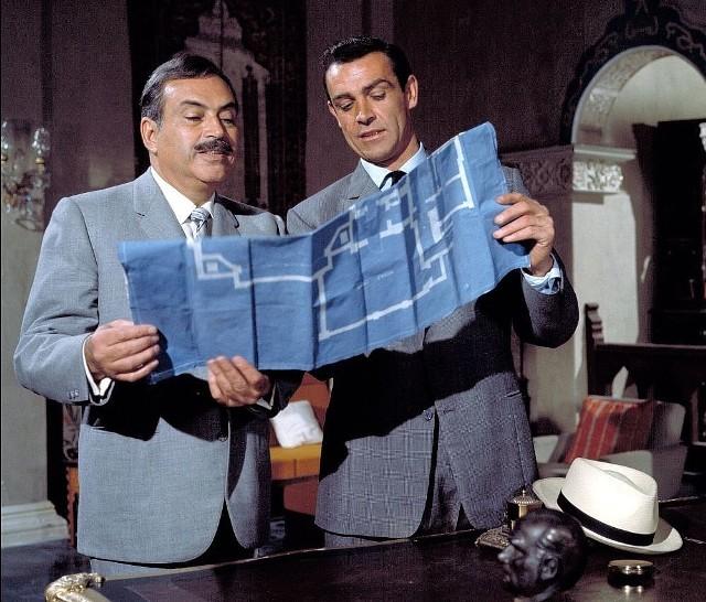 """""""Pozdrowienia z Moskwy""""Drugi, po """"Doktorze No"""", film z serii o przygodach brytyjskiego superagenta Jamesa Bonda. Angielskim widzom podobał się tak bardzo, że w 1963 r. pobił tam wszelkie rekordy kasowe. Rok później ten sukces komercyjny powtórzył na Wyspach """"Goldfinger"""" - kolejny film o agencie 007. Tym razem James Bond wyrusza z misją do Stambułu, by z tamtejszej ambasady radzieckiej wykraść urządzenie dekodujące tajne meldunki. Wprawdzie wywiad brytyjski podejrzewa, że Rosjanie szykują pułapkę, lecz doniosłość misji sprawia, że decyduje się podjąć ryzyko. Na miejscu okazuje się, że pomyślne wykonanie zadania zależy od pomocy pięknej rosyjskiej agentki Tatiany Romanowej. Bond jest przekonany, że dziewczyna pracuje dla zachodnich służb specjalnych, w rzeczywistości jest ona posłuszną wykonawczynią rozkazów KGB. Natomiast ani agent 007, ani piękna agentka nie przypuszczają, że faktyczną zdrajczynią jest bezpośrednia zwierzchniczka Tatiany w KGB, Rosa Klebb.   Emisja: TVP2, godz. 23:55"""