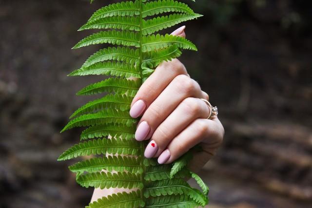 Modne wzory i kolory paznokci na wiosnę 2021