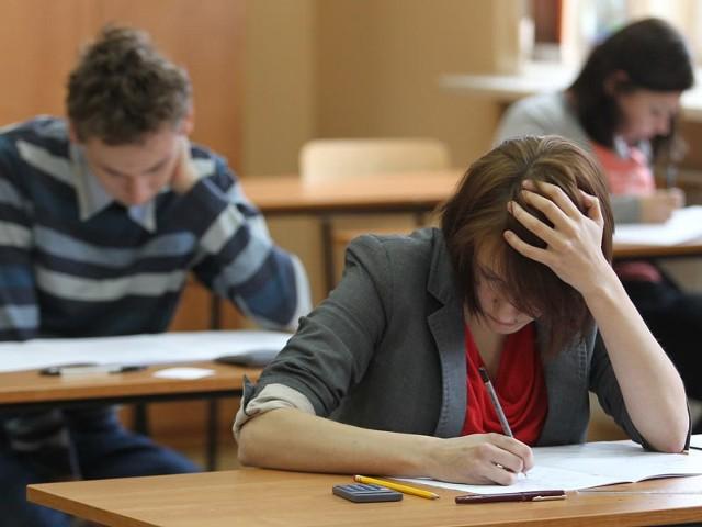 Maturzyści z I LO w Rzeszowie nad próbną maturą z matematyki, która zorganizowało wydawnictwo Operon. Na rozwiązanie zadań mieli niecałe 3 godziny.