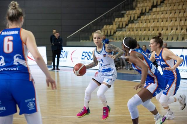 Angelika Stankiewicz (z piłką) była bohaterką bydgoskiej ekipy. Weszła z ławki rezerwowych i zdobyła 14 punktów.