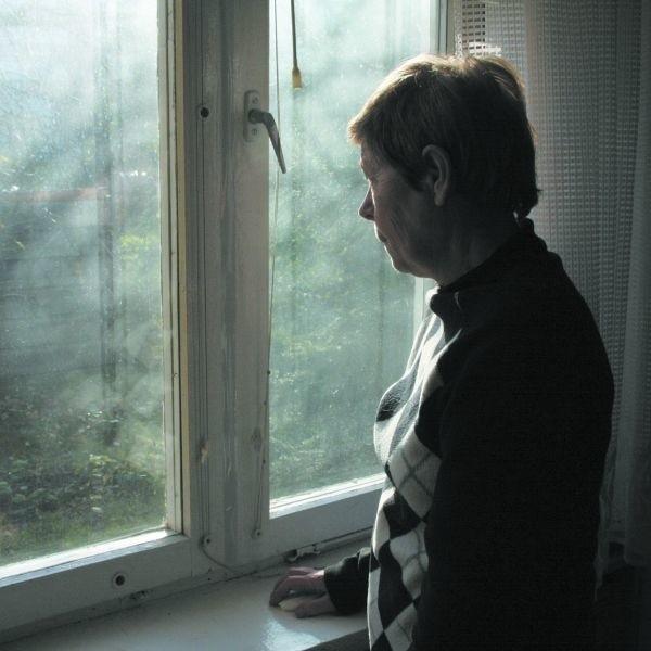 Z okien Krystyny Zdziemborskiej, mieszkanki bloku przy ul ks. Janusza w Łomży, roztacza się widok tylko na kilkumetrowy gmach stojący na terenie jej ogródka