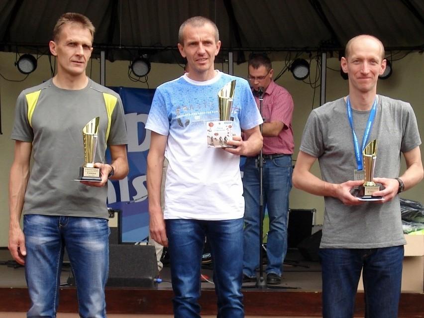 Najlepsi biegacze w kategorii 40-49 lat. Pierwszy z lewej Marek Wojtas.