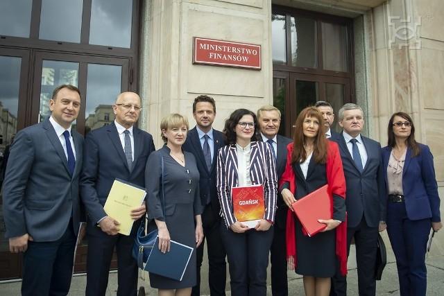Prezydenci miast Unii Metropolii Polskich przed resortem finansów