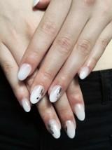Żelowe paznokcie na gimnazjalny bal - modny baby boomer oraz brokat [zdjęcia]