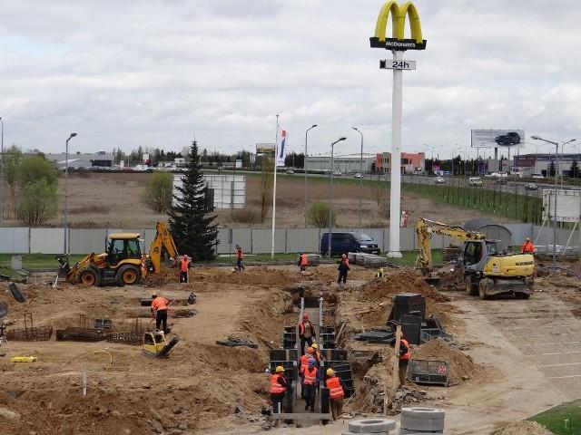 Jedna z poznańskich restauracji McDonald's została zrównana z ziemią. Co powstanie w jej miejscu?Przejdź do kolejnego zdjęcia --->ZOBACZ TEŻ:20 cheeseburgerów w 16 minut? Modelka bije rekordy!Źródło: STORYFUL