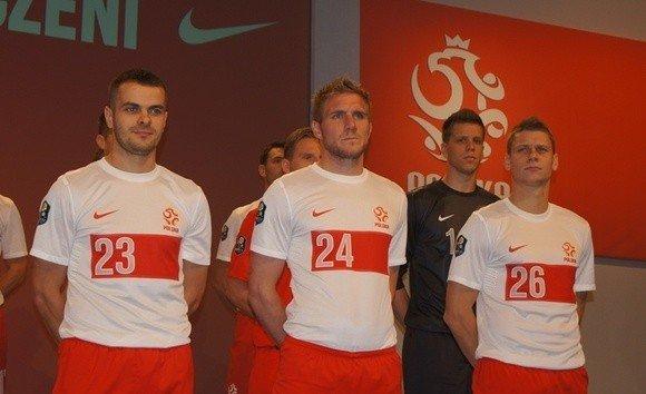 aa3fbae45 Zawodnicy prezentują nowe koszulki reprezentacji Polski. W takich strojach  piłkarze wystąpią na Euro 2012.