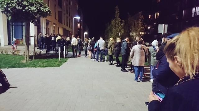 Kolejka do lokalu wyborczego przy ul. Koralowej w Lublinie
