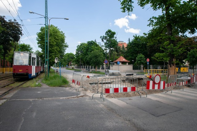 Miejskie Wodociągi i Kanalizacja wyjaśniają, że termin zakończenia prac związanych z budową fragmentu kanału deszczowego na ul. Gdańskiej - na wysokości ul. Dwernickiego został przesunięty z uwagi na kolizję z przewodem energetycznym.