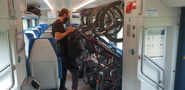 """Producent Flirtów, czyli składów, którymi spółka PKP Intercity przewozi pasażerów dużej części swoich dalekobieżnych kursów, zwiększy w nich odstępy między siedzeniami a wieszakami na rowery. W lipcu 2021 r. opisaliśmy sytuację z pociągu """"Mazury"""" – z Łodzi przez Warszawę do Olsztyna – gdzie zbyt mały prześwit między fotelami a wiszącymi jednośladami blokował sprawne przemieszczanie się podróżnych (oraz wózkarza z kawą z """"Warsa"""") i powodował ich kłótnie. Sprawa bynajmniej nie jest tylko humorystyczna, bo Urząd Transportu Kolejowego (UTK) uznał właśnie, iż prześwit we Flirtach nie spełnia prawa unijnego (konkretnie Decyzji Komisji Europejskiej – tzw. normy TSI PRM z 2007 r.). Kontrola UTK we Flirtach to zasługa Marcina Kreisa, pasażera i miłośnika kolei, który próbował zainteresować sprawą urzędników już w 2020 r. Na zdjęciu pociąg """"Mazury"""" w lipcu 2021 r. >>> Czytaj dalej przy kolejnej ilustracji >>>"""
