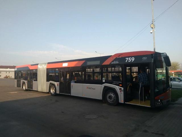 W sumie rzeszowskie MPK zyska w tym roku 50 nowych autobusów,które kosztować będą łącznie prawie 95 mln zł. Dziesięć 12-metrowych dostarczył już sanocki Autosan. Do tego dołączy 30 przegubowych solarisów. Miasto kupiło też 10 elektrycznych autobusów, które mają wzbogacić flotę MPK w drugiej połowie roku.Wszystkie nowe autobusy dla MPK Rzeszów zostaną polakierowane w kolory srebrny i pomarańczowy. Otrzymają także niebieską tapicerkę z herbami Rzeszowa. Dzięki temu będą wyglądać tak samo, jak autosany i mercedesy zakupione w poprzednim przetargu. WIADOMOŚCI Z RZESZOWA:Nowe baseny ROSiR w Rzeszowie są prawie gotowe. Otwarcie już w czerwcu [ZDJĘCIA, WIDEO]Trwają prace drogowe na ul. Podkarpackiej w Rzeszowie