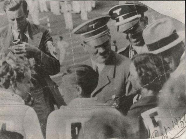 Adolf Hitler składa gratulacje dzielniej Marii