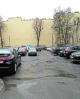 Na miejskiej działce przy ul. Nawrot 3/5 kierowcy parkują bezpłatnie.