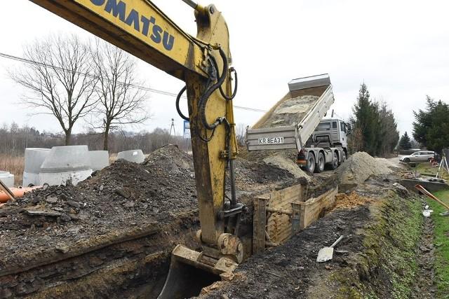 W Sierczy trwają równocześnie dwie inwestycje: przebudowa 1,5 km gminnej drogi oraz budowa kanalizacji. Są bardzo duże utrudnienia w ruchu