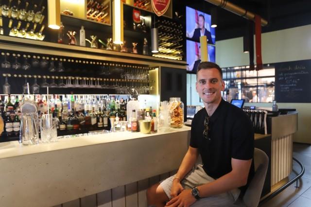Arkadiusza Milika czasem można spotkać w jego restauracji.