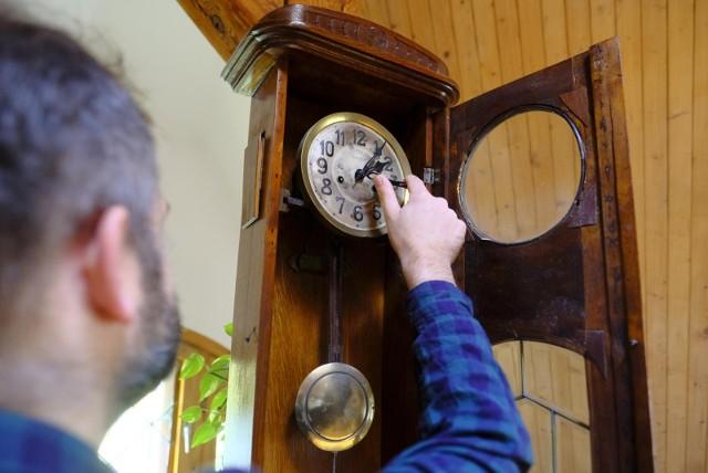 Już niebawem czeka nas kolejna zmiana czasu, tym razem z letniego na zimowy. Warto już wcześniej się do niej przygotować, aby nie zaspać do pracy ani na ważne spotkanie, a także by uniknąć zaburzeń nastroju czy dezorientacji. Podczas zmiany czasu z letniego na zimowy przesuwamy zegarki o godzinę do tyłu, z godz. 3:00 na godz. 2:00. W związku z tym śpimy dłużej, co zapewne ucieszy wielu leniuchów. Sprawdź, kiedy w 2021 roku nastąpi zmiana czasu i kiedy przestawiamy zegarki.  >>>>>