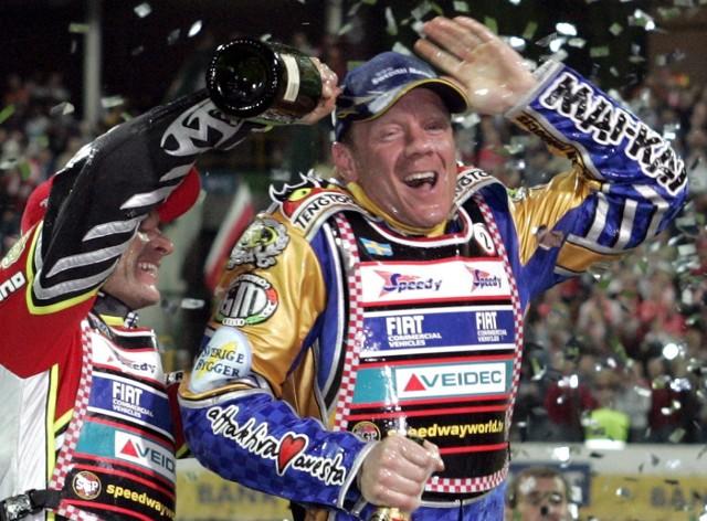 Indywidualne mistrzostwa świata na żużlu zmieniły swoją formułę po sezonie 1994. W roku 1995 skończyły się jednodniowe finały i nastała era turniejów Grand Prix. W tej epoce najwięcej złotych medali wywalczył Tony Rickardsson - pięć. Cztery tytuły na koncie ma Greg Hancock, a po trzy - Nicki Pedersen, Jason Crump i Tai Woffinden. Jedynym Polakiem, który w tym czasie stanął na najwyższym stopniu podium, był oczywiście Tomasz Gollob.Zobacz też: Falubaz bezsprzecznym królem polowania! Zobacz najbardziej spektakularne transfery w PGE Ekstralidze