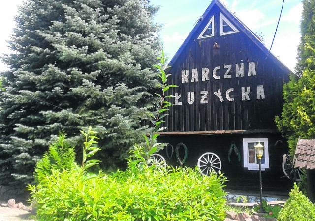 Przejeżdżając przez Buczyny trudno nie zauważyć karczmy. Warto się tutaj zatrzymać i zwiedzić  łużycką wioskę, w której stoją wiekowe  domy, odratowane przez dwójkę pasjonatów Zdzisławę i Jana Solarzów.