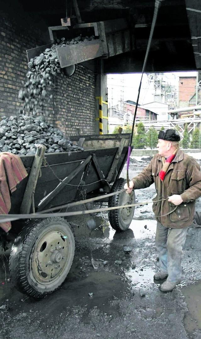 Węgiel zalegana zwałach. Nie ma sposobu, aby szybko go sprzedać. Mieszkańcy zimą zużyli go znacznie mniej