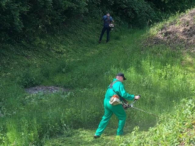 W tym roku kolejne grupy społecznie sprzątają forty Twierdzy Przemyśl. Nz. członkowie Przemyskiej Grupy Rowerowej podczas czyszczenia fortu Xb Zagrodnia.