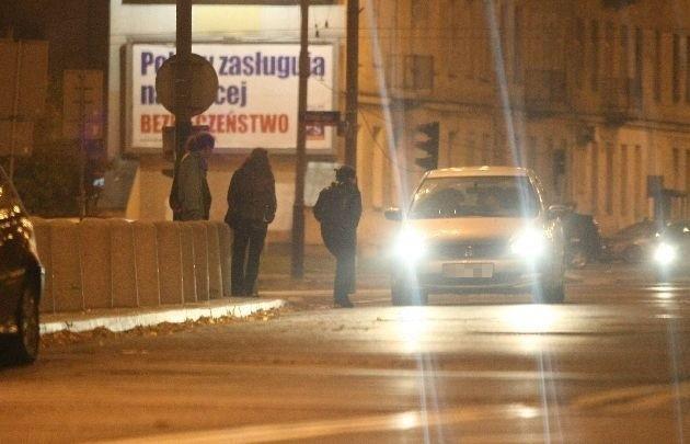 """Prostytutki oczekujące przed budynkiem ŁDK na klientów po """"numerku"""" wchodzą do środka, żeby się umyć i przebrać."""