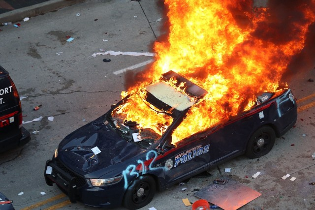 Płonący radiowóz policyjny w Atlancie