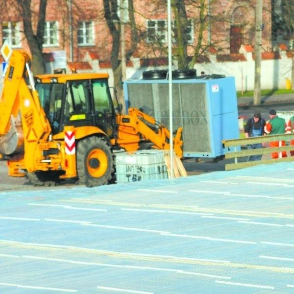 Wczoraj pracownicy MPGKiM zainstalowali pierwsze urządzenia pod miejskie lodowisko na placu Niepodległości