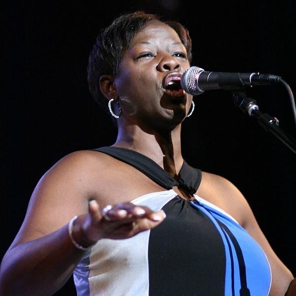 Wanda Johnson uspokaja publiczność, która zgotowała jej standing ovation czyli wstała z foteli