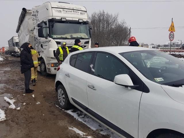 Zderzenie kilku pojazdów na drodze krajowej nr 94 w Modlnicy w gminie Wielka Wieś
