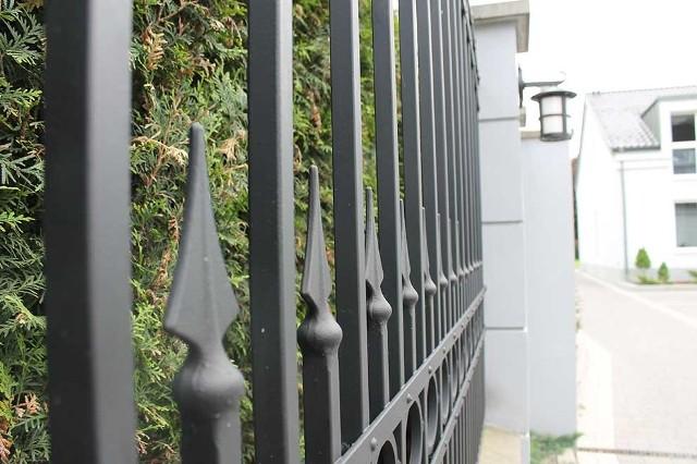 Metalowe ogrodzenieWybierając farbę do malowania ogrodzenia pamiętajmy, że ogrodzenie będzie służyć nam przez wiele lat, jeżeli będzie dobrze zabezpieczone przed rdzą.