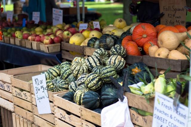 Owoce i warzywa kupowane poza sezonem mogą mieć mniej intensywny smak i zapach a także zawierać więcej szkodliwych substancji chemicznych - pestycydów czy też nawozów sztucznych - azotanów. Wprawdzie nie są one bezpośrednim zagrożeniem dla organizmu, ale spożywane regularnie i w zbyt dużych ilościach mogą niekorzystnie wpływać na stan zdrowia. Produkty sezonowe są również często po prostu tańsze.Które produkty spożywcze są najlepsze jesienią, a po które lepiej nie sięgać? W których warzywach i owocach o tej porze roku nie znajdziemy pełni składników odżywczych? Jakie owoce i warzywa powinny się znaleźć w naszym codziennym menu jesienią? Zobacz, jakie najlepsze i najgorsze produkty na jesień wymieniają specjaliści >>>>>