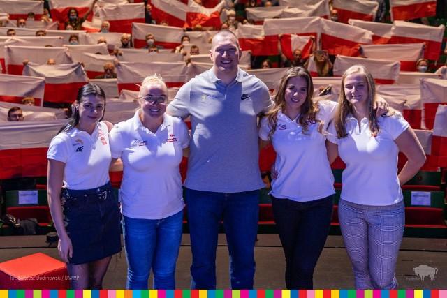 We środę (18.08) w Operze i Filharmonii Podlaskiej odbyło się spotkanie z olimpijskimi medalistami. Białostoccy fani tłumnie przybyli zobaczyć sportowców z województwa podlaskiego.