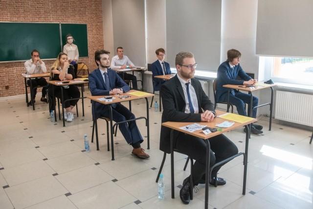 """Każdego roku maturzyści zadają sobie pytanie: """"co będzie na egzaminach?""""Nie inaczej jest i tym razem. Jak zawsze pierwszym egzaminem będzie język polski – i to już we wtorek, 4 maja 2021."""