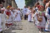 Boże Ciało w Sieradzu. Tłumy wiernych przeszły w procesji ulicami Starego Miasta ZDJĘCIA